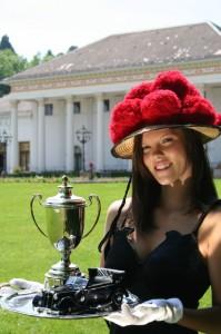 Schwarzwaldmädchen mit Pokal beim Oldtimer-Meeting 2009