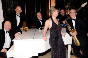 12-26 Weihnachtstanztee Casino Band